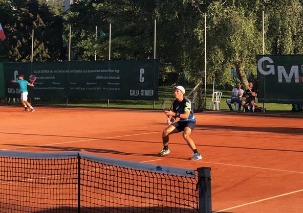 Luka Stäheli stürmt ans Netz und ist bereit für den Volley.
