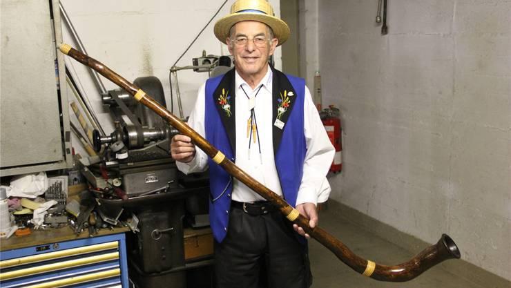 Karl Saxer in seiner Werkstatt mit seinem selbst gebauten Hirtenhorn. lis
