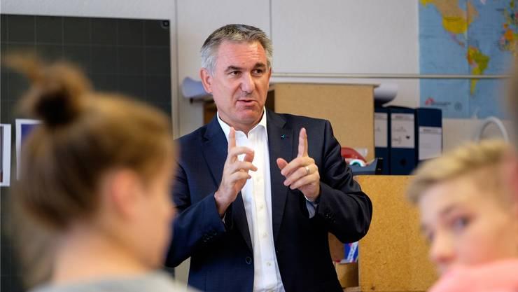 Im August 2016 besuchte Bildungsdirektor Alex Hürzeler in Suhr eine der letzten 4.-Bez-Klassen – eine Verkürzung der Schulzeit bis zur Matur hätte massive Folgen für die Bezirksschule.
