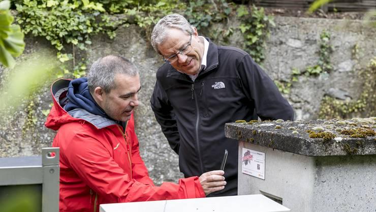 Gemeindeschreiber Beat Deubelbeiss (l.) und Ammann Bruno Gretener begeben sich draussen auf Spurensuche.