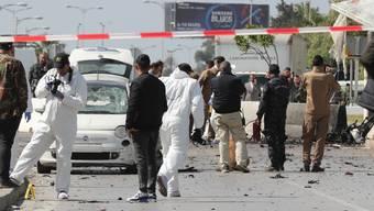 Sicherheitskräfte untersuchen in Tunis nach einem doppelten Selbstmordanschlag auf die US-Botschaft den Tatort.