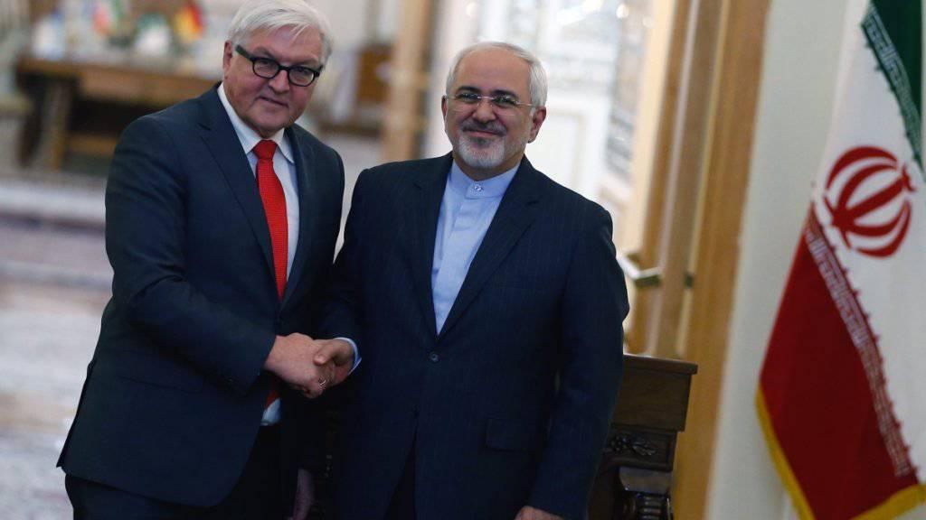 Ein Bild aus besseren Zeiten: Der deutsche Präsident Frank-Walter Steinmeier (links) mit dem Aussenminister Irans Javad Zarif (rechts). (Archivbild)