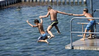Vor allem im warmen August war die nasse Abkühlung notwendig. Der Sommer zählt zu den zehn wärmsten seit Messbeginn. (Archivbild)