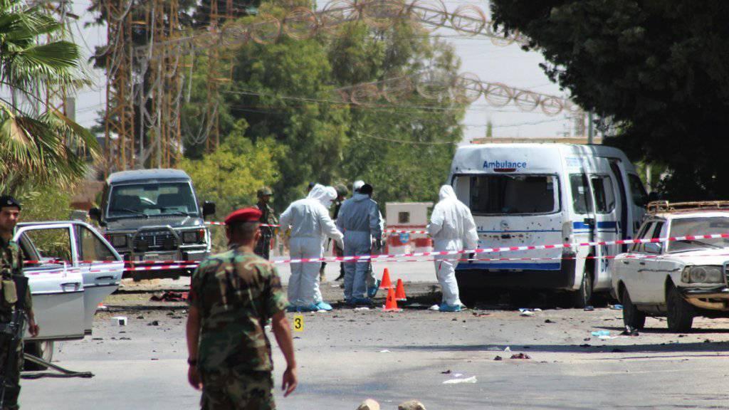 Libanesische Soldaten und Ermittler an der Stelle im Dorf Al-Kaa, wo sich mehrere Selbstmordattentäter in die Luft gesprengt hatten.