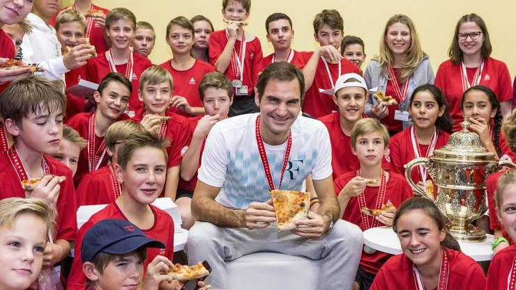 Ein Star zum Anfassen: Roger Federer isst nach den Swiss Indoors in Basel mit den Ballkids Pizza. In diesen Genuss sind auch Cyril und Joel Kunz schon gekommen.