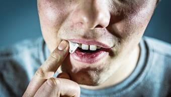 Snus schiebt man unter die Oberlippe. Dort kann es zu Zahnfleischschwund führen.