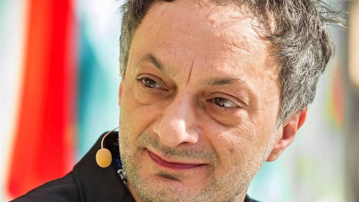 Der Autor Feridun Zaimoglu vereint Literatur und bildende Kunst.