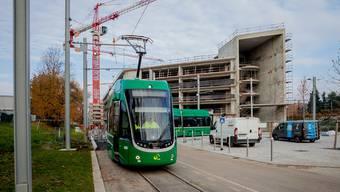 Das 3er-Tram vor der Park & Ride-Anlage, die beim Bahnhof von Saint-Louis gebaut wird.