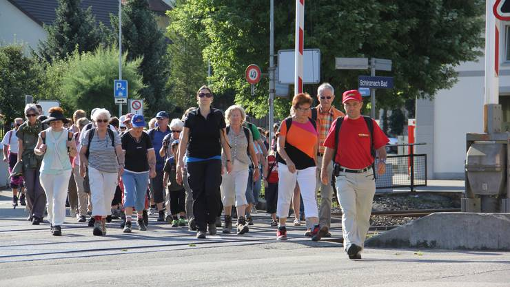 164 az Leserwanderer machen sich in Schinznach-Bad auf den Weg nach Rupperswil