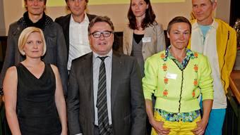 Kulturdirektor Urs Wüthrich (vorne Mitte) und die Kulturpreisträger: Lisa Lüthi, Christian Zehnder, Vadim Jendreyko, Amélie Pilgram, Gerda Steiner und Jörg Lenzlinger.