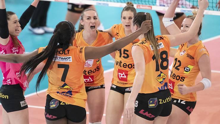 Die Volleyballerinnen von Neuchâtel UC bejubeln im Cupfinal in Freiburg einen Punkt. Am Ende bejubelten sie mit dem 3:1-Sieg gegen Aesch-Pfeffingen auch den ersten Cupsieg der Vereinsgeschichte