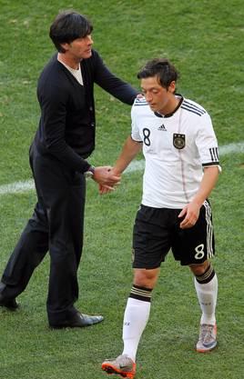 Löw mit Mesut Özil, bevor die Beziehung zerbrach.