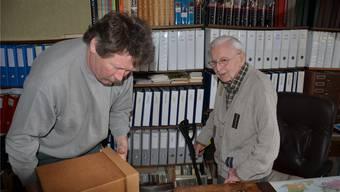 Leo Niggli verspürt keine Wehmut, als Werkarbeiter Ernst Haug mit dem Zügeln des Archivs beschäftigt ist.