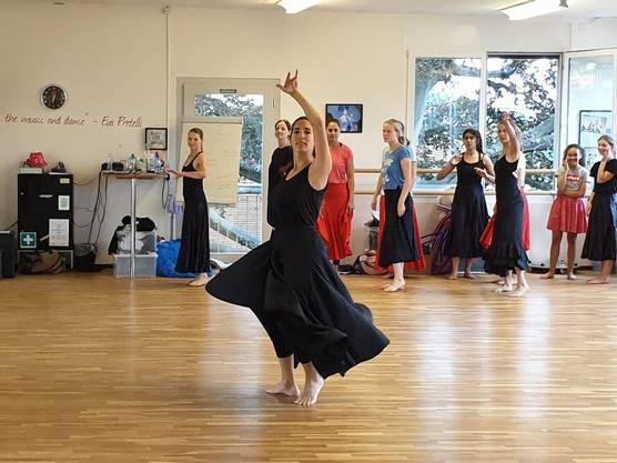 Jeden Tag konnten die Teilnehmenden einen anderen Tanzstil kennen lernen - hier Flamenco mit Carmen.