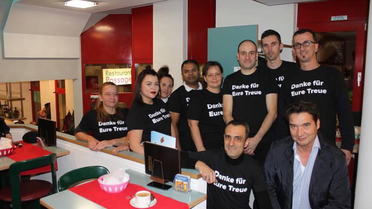 Das neunköpfige Team des Restaurants unter Besitzer Antonio Gonzalez (vorn links, zusammen mit Stadtpräsident François Scheidegger).