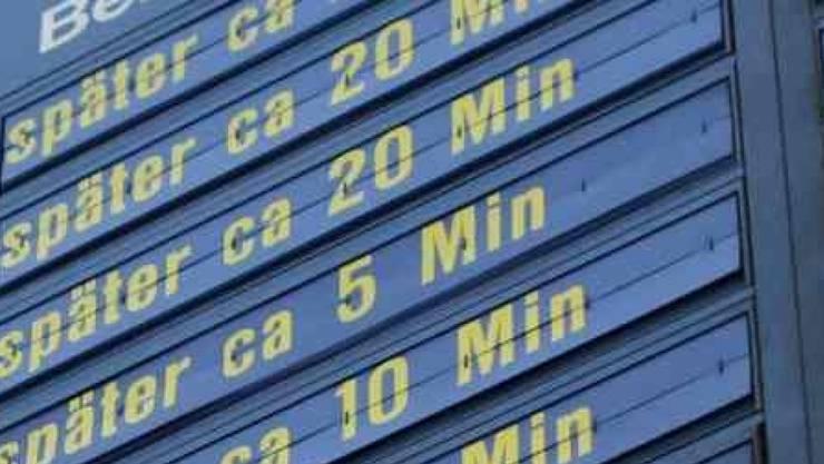 Die Anzeigetafel zeigt diverse Verspätungen an. (Symbolbild)