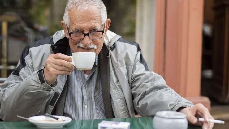 Er liebt es, zu beobachten und die Schönheit zu beschreiben, die den Leuten gar nicht mehr auffällt: Hansjörg Schneider in seinem Quartiercafé Rosenkranz.