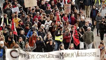 Streikende Bahnangestellte in Paris. Der Streik des öffentlichen Sektors dauert schon mehrere Wochen.