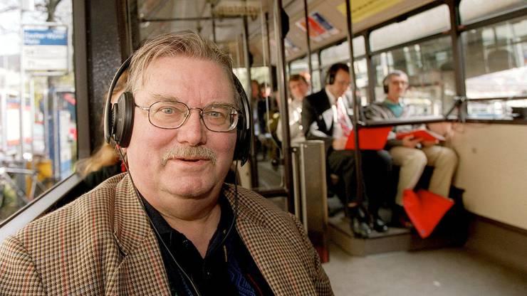 """Al Imfeld war auch Autor der """"Quartiergeschichten"""" in Zürich, wo er selbst lebte. Die Aufnahme zeigt ihn in einem mit Tonanlage ausgerüsteten Bus."""