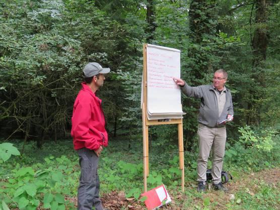 Kreisförster Jürg Misteli und Revierförster Daniel Schmutz erläutern sehr fachkundig und interessant die verschiedenen Funktionen des Waldes.