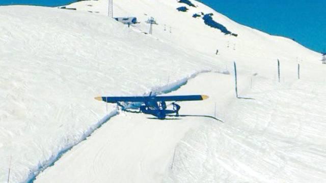 Das Flugzeug auf der Skipiste in Verbier (Bild: Polizei Wallis)