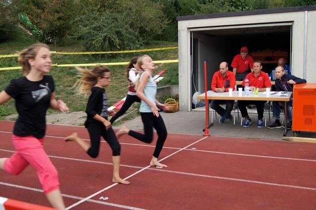 Gespannt verfolgen die Schiedsrichter des STV Lohn-Ammannsegg den Zieleinlauf.