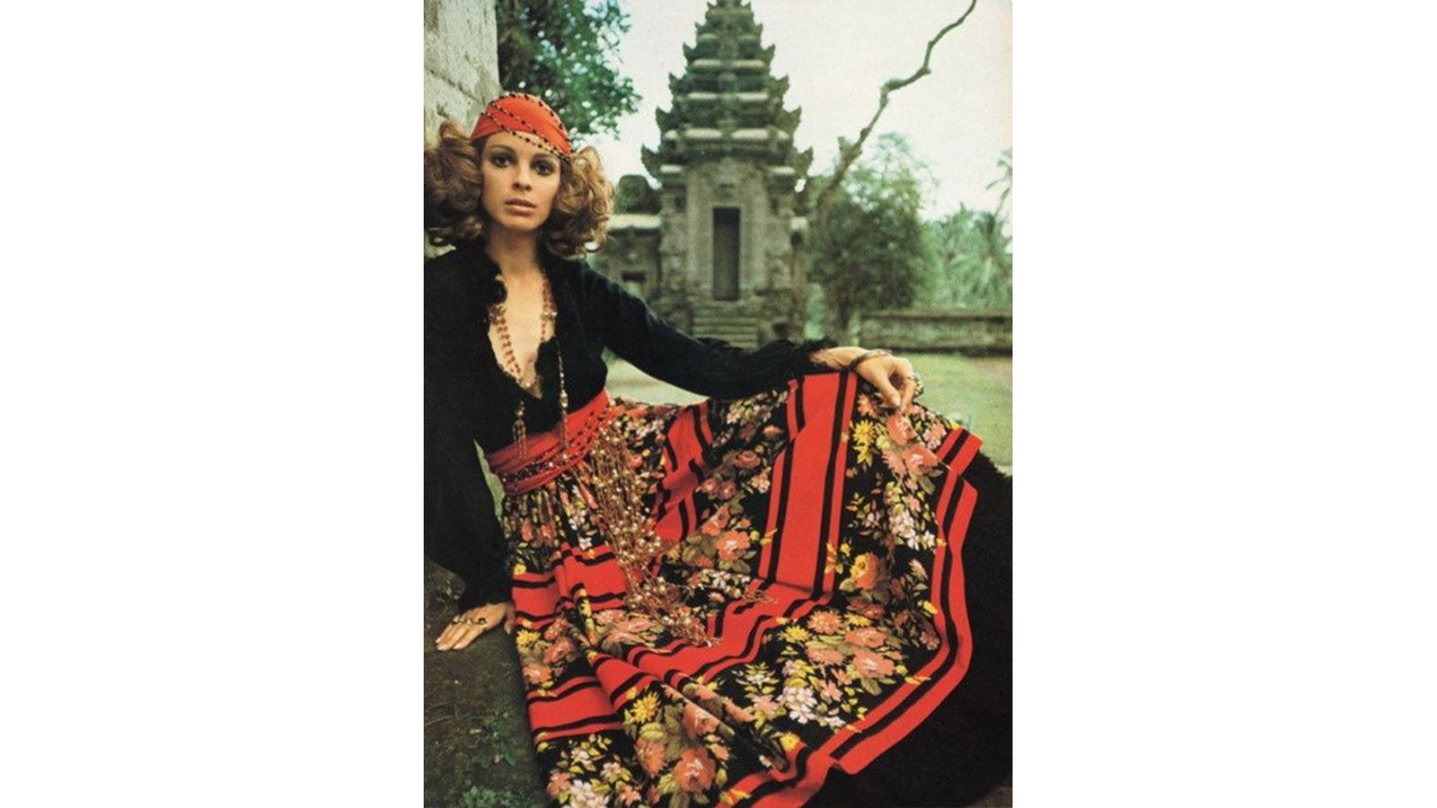 Must-Haves in den 70ies: Kopftücher und bunte Kleider mit verschiedensten Mustern, hauptsächlich mit Blumenmustern. Neben Flower Power war auch der Folklore- und Nostalgie-Stil sehr beliebt. Während in den 60ern die Devise je kürzer, desto besser lautet, wurden die Rocke in den 70ern wieder verlängert. Frauen tragen bodenlange Kleider und Röcke, Hemdblusenkleider, Faltenröcke oder Tweed-Röcke. (© Pinterest)