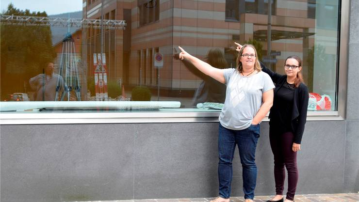 Mutter Nicole Perri mit Tochter und künftiger Betriebsleiterin Nerina vor dem Lokal an der Aarauerstrasse. Der stolze Papà, der Ideen für den Betrieb liefert, hält sich bewusst im Hintergrund (auf dem Foto ist er links im Spiegelbild zu sehen).