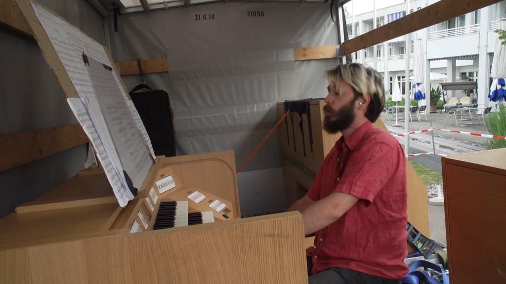 Orgelspieler kämpft mit Musik gegen Einsamkeit im Altersheim