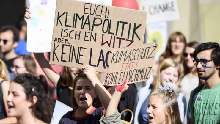 """""""Euchi Klimapolitik isch en Witz"""" - Die Schweizer Klimabewegung fühlt sich von der Politik im Stich gelassen und will deshalb nun selber Massnahmen erarbeiten und Lösungen aufzeigen. (Archivbild)"""