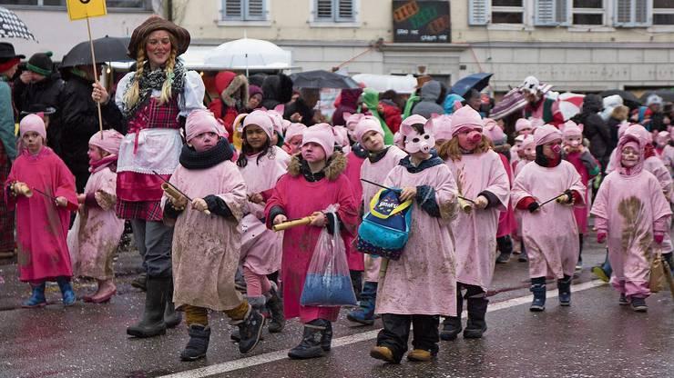 Kreative Kostüme: Die Kindergartenkinder sind am Umzug in Villmergen als Söilibandi unterwegs.
