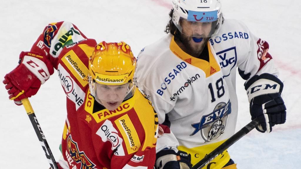 Biels Toni Rajala (links) misst sich mit dem Zuger Dominik Schlumpf