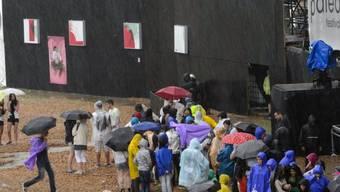 Regen prasselt aufs Festivalgelände in Nyon