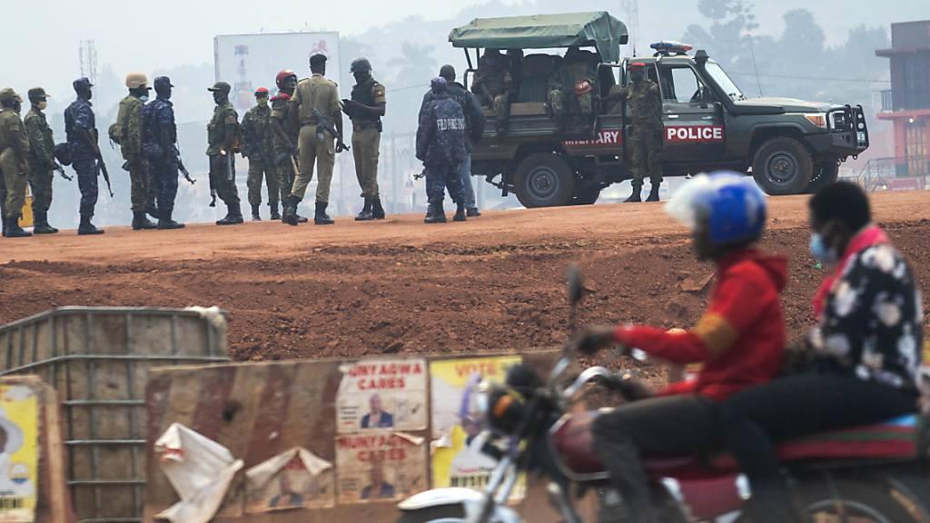 Präsidentenwahl in Uganda - Polizei und Militär auf Strassen