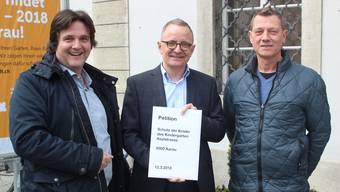 Die Initianten Walter Anghileri (l.) und Heinz Holenstein (r.) übergeben ihre Petition an Stadtpräsident Hanspeter Hilfiker.