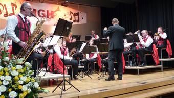 Die MG Hornussen mit dem Solisten Roland Screm (l.) am Baritonsaxofon. ari