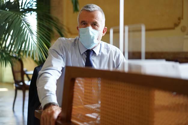 Politik mit Maske und hinter Plexiglas, hier BDP-Nationalrat Lorenz Hess.