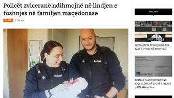 Wachtmeisterin Andrea Kyburz und der Gefreite Matthias Lienhard lächeln mit Lorena unter dem albanischen Titel der Online-Zeitung. Screenshot