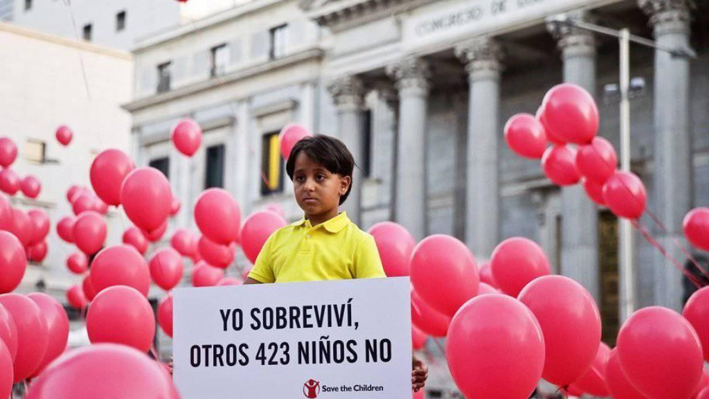 Der achtjährige Said trug ein Plakat mit der Aufschrift: «Ich habe überlebt, 423 andere Kinder nicht.»