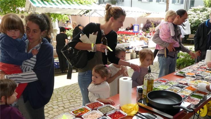 Farbige Gemüseauswahl: Am Üdiker Früehligsmärt bieten Verkäuferinnen und Verkäufer an 20 Ständen ihre Waren an.
