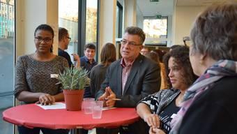 Gemeinderat Paul Huwiler diskutiert mit den Jugendlichen darüber, ob die Jungbürgerfeier für alle offen sein soll.