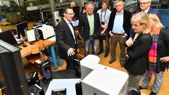 Brigit Wyss und Vertreter des Vereins Region Thal zu Besuch in der Nachbur AG in Holderbank