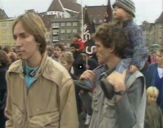 Tobit Schäfers Vater trägt seinen jüngeren Bruder Elias an der Demonstration auf den Schultern. Tobit ist im unteren rechten Bildrand zu sehen.