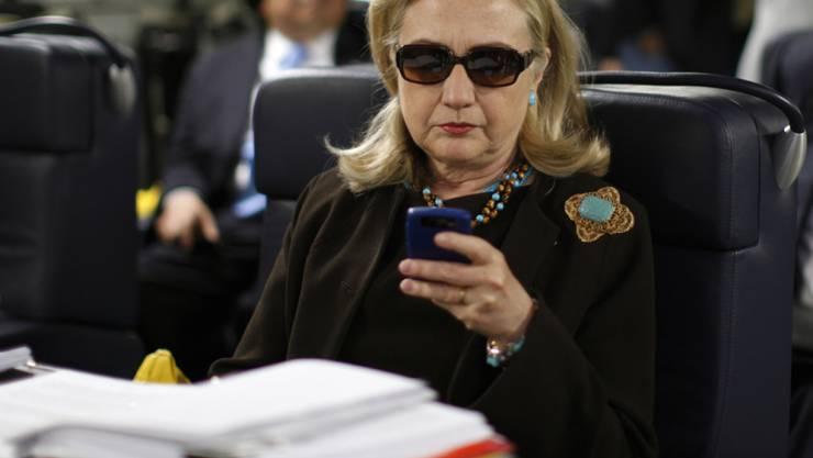 Immer noch kein Schlussstrich in der E-Mail-Affäre: Gegen Hillary Clinton wird zwar keine Anklage erhoben, doch will das US-Aussendepartement den Fall nun intern fertig ermitteln.