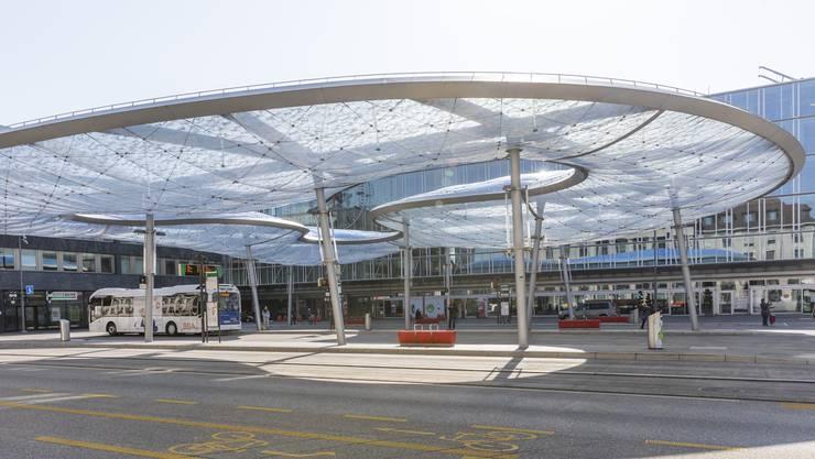 Leerer Bahnhofplatz in Aarau.