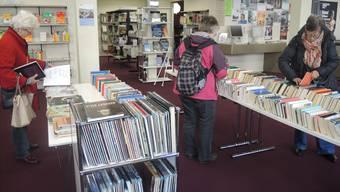Stöbern in der Stadtbibliothek Baden. Archiv/Alexander Niedrist