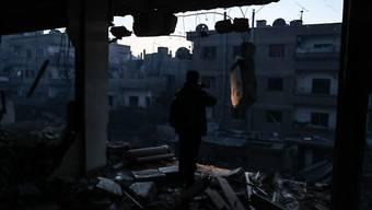 Stark beschädigtes Gebäude in Ost-Ghuta, wo am Montag Dutzende Personen bei schweren Angriffen getötet wurden. (Archiv)