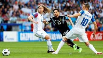 Birkir Bjarnason (links) und Gylfi Sigurdsson versperren bei der WM in Russland Argentiniens Lionel Messi den Weg.Keystone