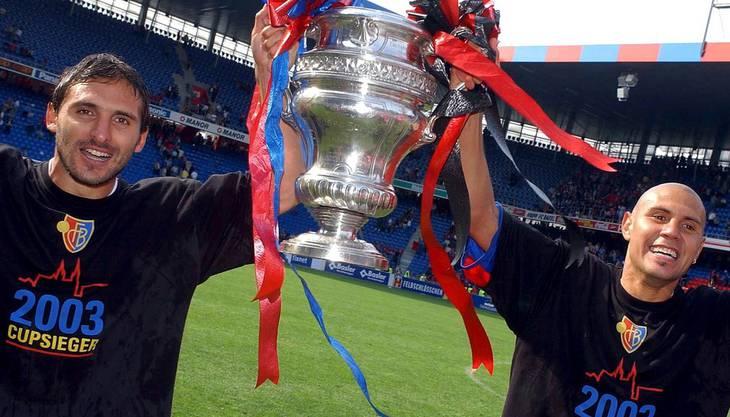 Die FCB-Spieler Julio Hernan Rossi (links) und Christian Gimenez (rechts) stemmen nach dem Cupsieg gegen Neuchâtel Xamax den Pokal in die Höhe. Die Basler gewannen 6:0.