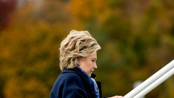 Hillary Clinton am Freitag beim Einsteigen in ihr Flugzeug in White Plains.